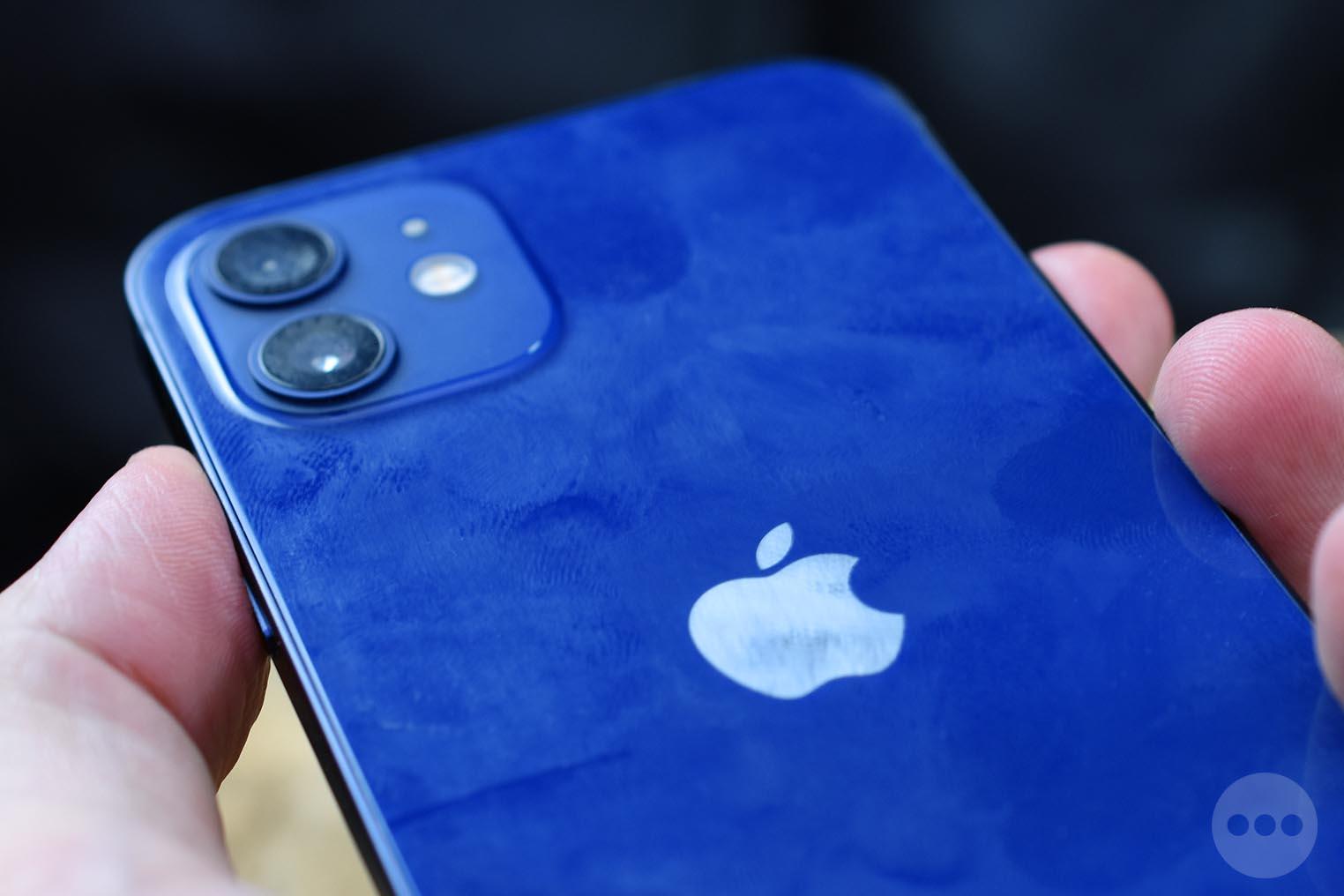 iPhone 12 bleu dos traces de doigts
