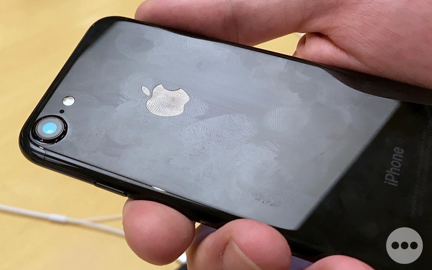 iPhone noir de jais traces de doigts
