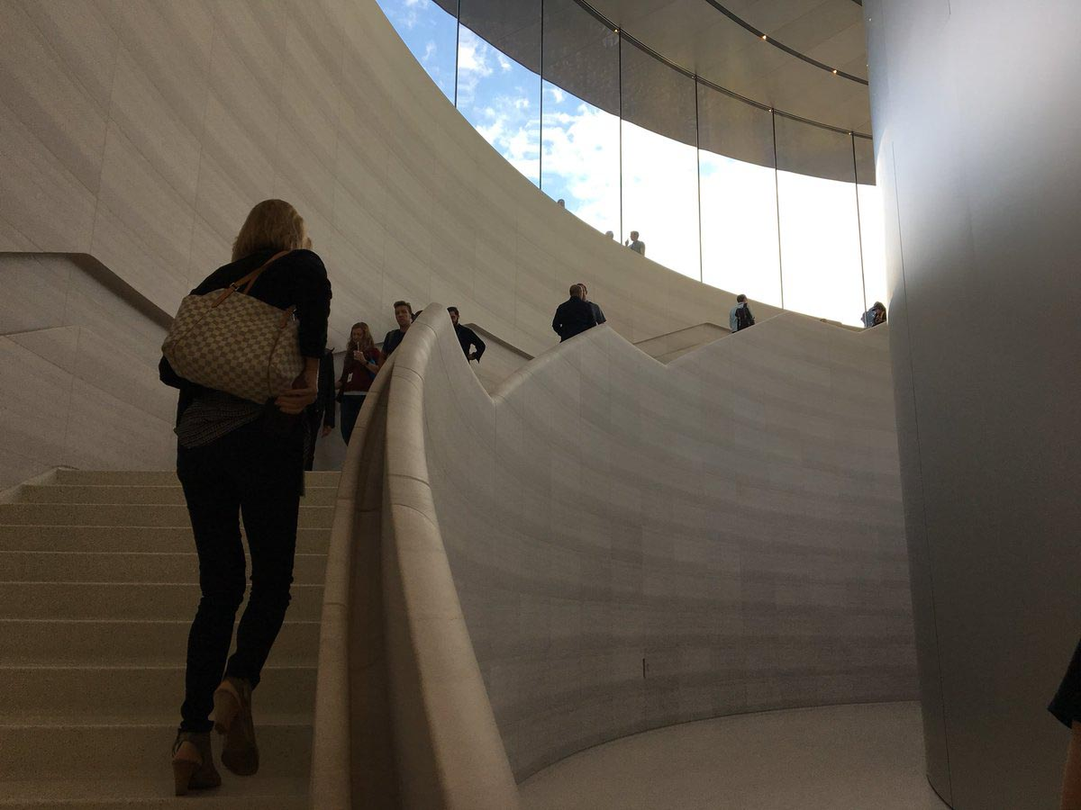 Steve Jobs Theater escalier
